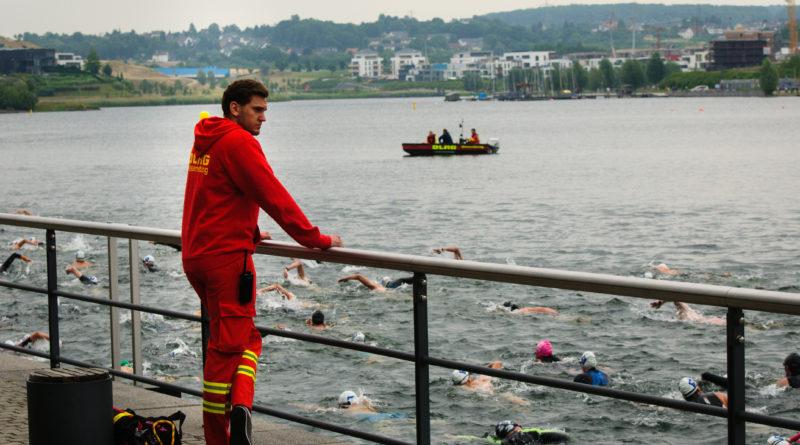 DLRG bewachen die Schwimmer im Wasser