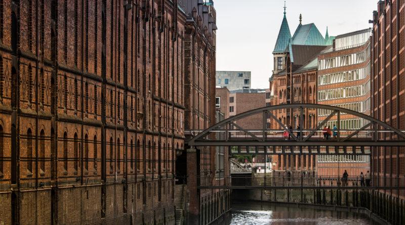 Speicherstadt Hamburg . Blick über den Kanal.