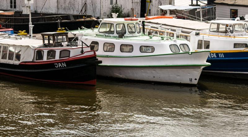Bote auf der Elbe in Hamburg