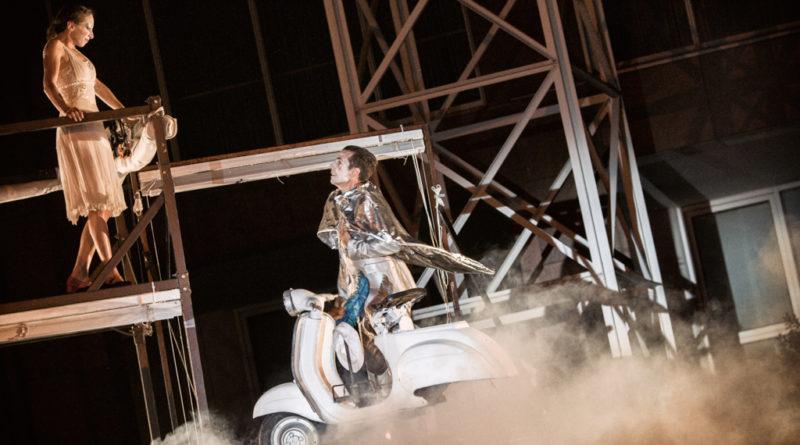 Ein Mann beim Stassenteather auf einem fliegendem Motorroller.