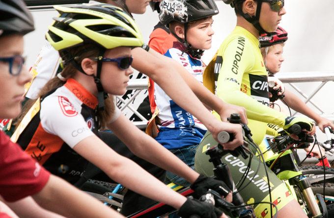 Kinder warten auf den Start des Radrennen.