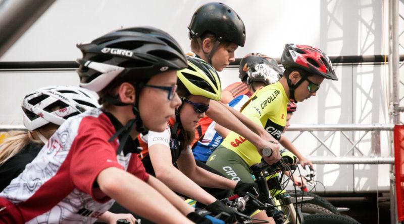 Kinder auf Fahrräder am Start. Und warten auf den Startschuss