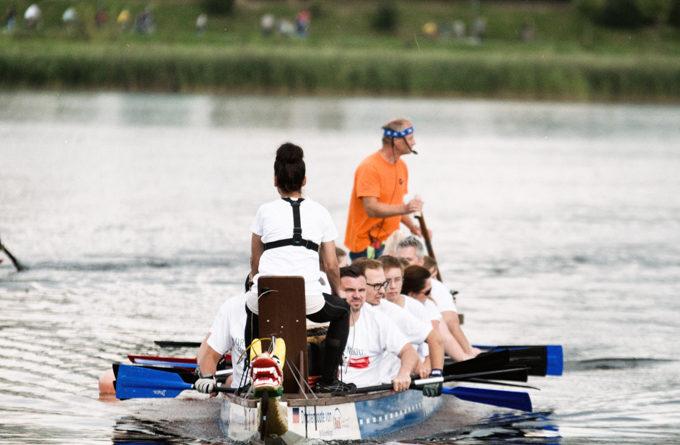 Ein Drachenboot gleitet über den Phönixsee